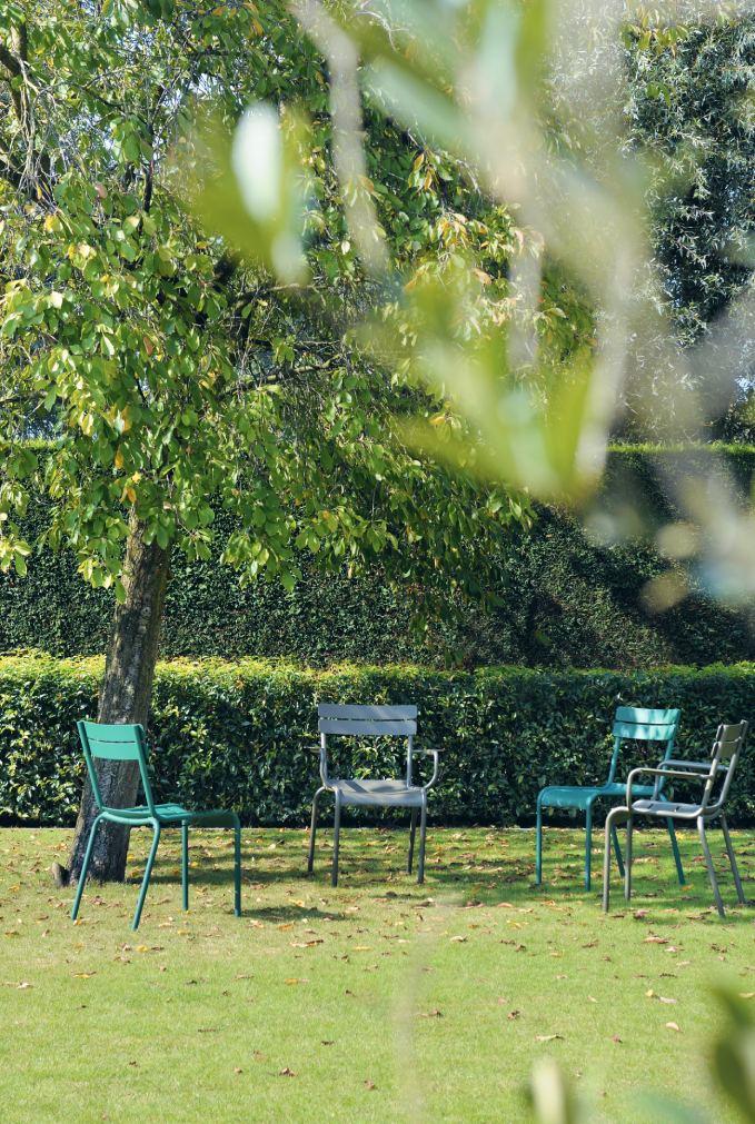tuin bomen gras groen stoelen