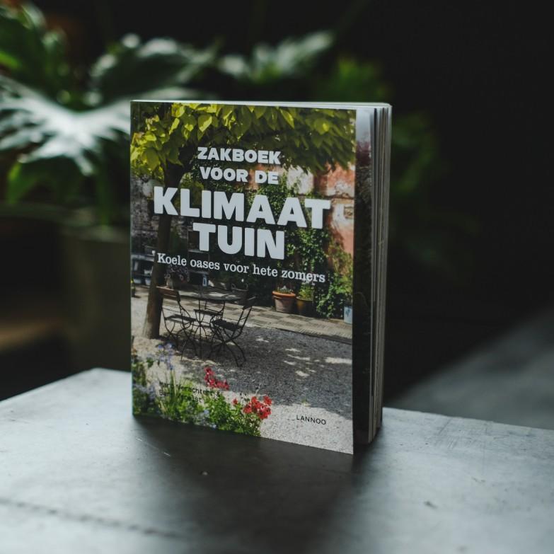 boek op tafel plant
