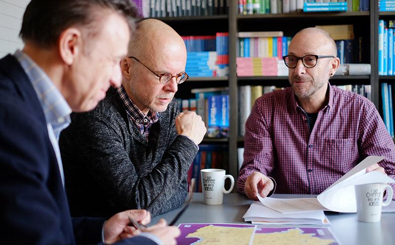 auteurs en uitgever logeren bij belgen