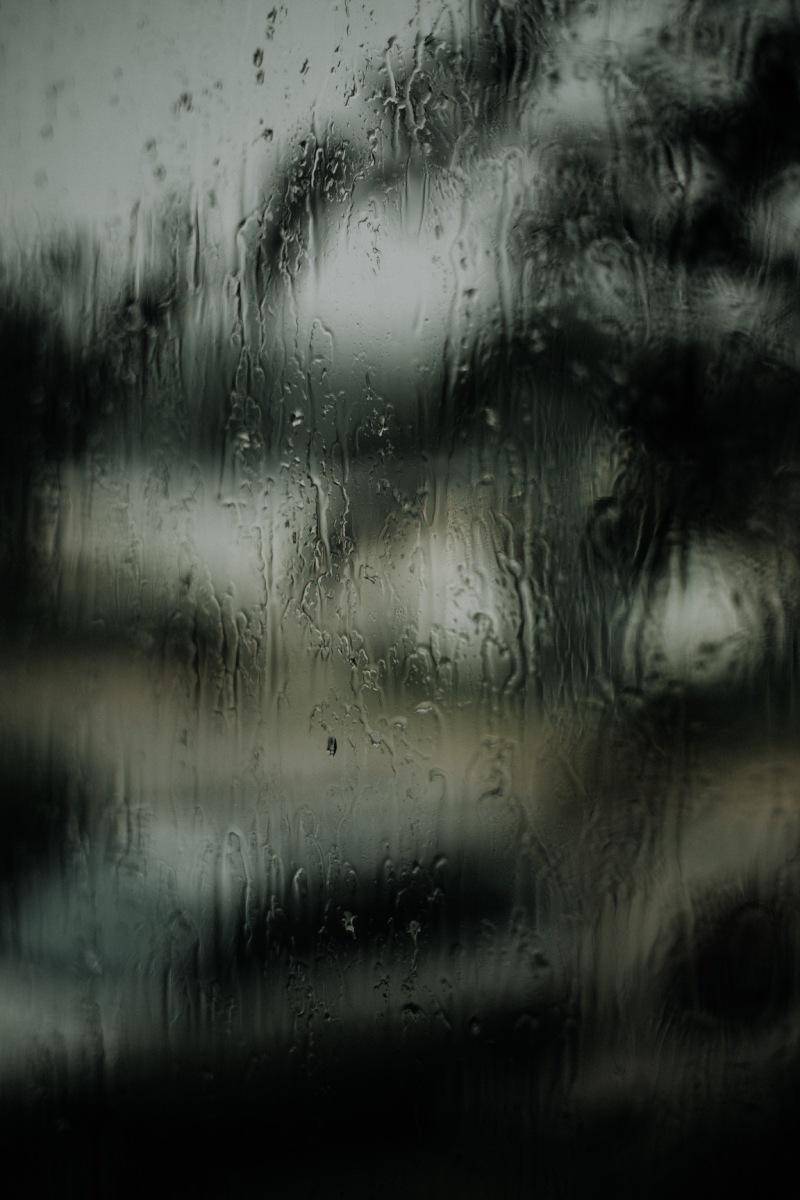 regen op raam donker