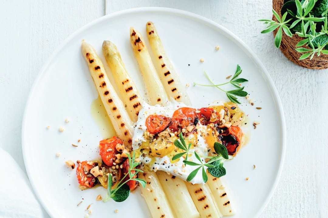Asperges met burrata, tomaten en quinoa