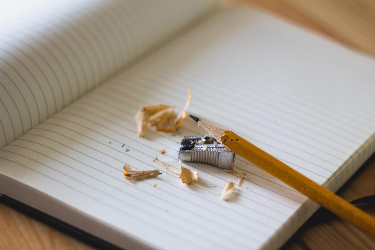 potlood ligt op schrift met slijper bij