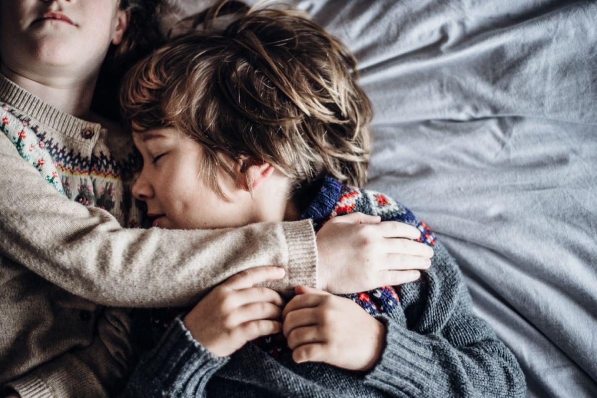 broer en zus knuffelen