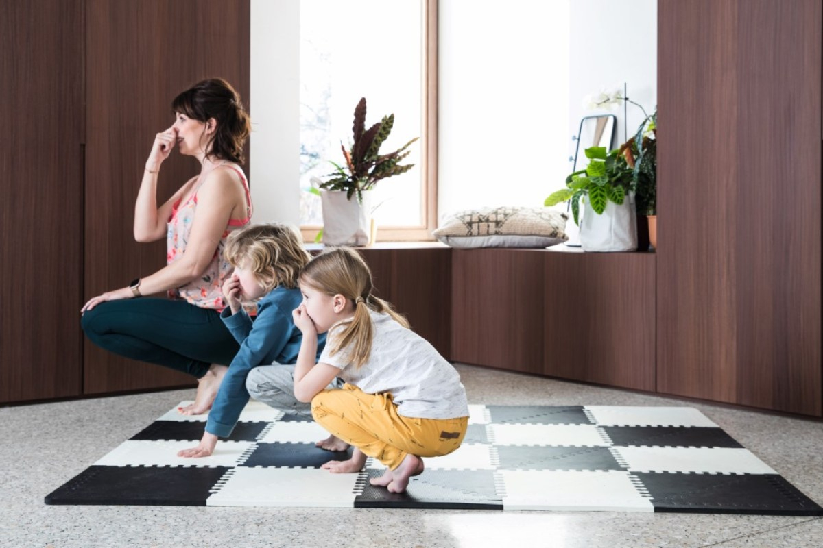 evy gruyaert met kinderen yogapose