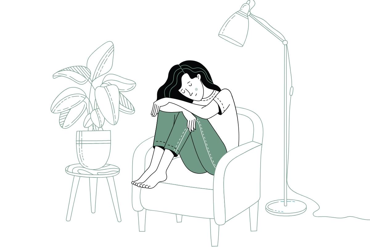 meisje zit gebogen in kleermakerszit op fauteuil naast plant en staanlamp