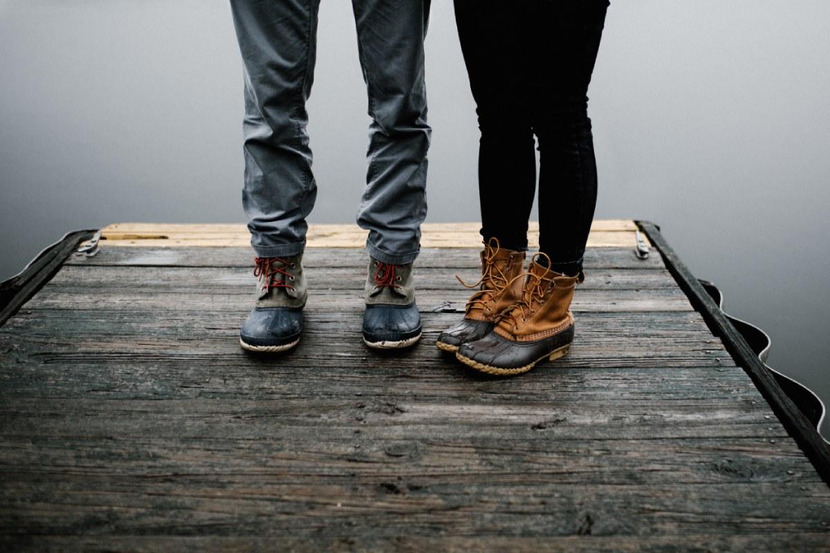 2 mensen staan op een steiger met wandelschoenen aan