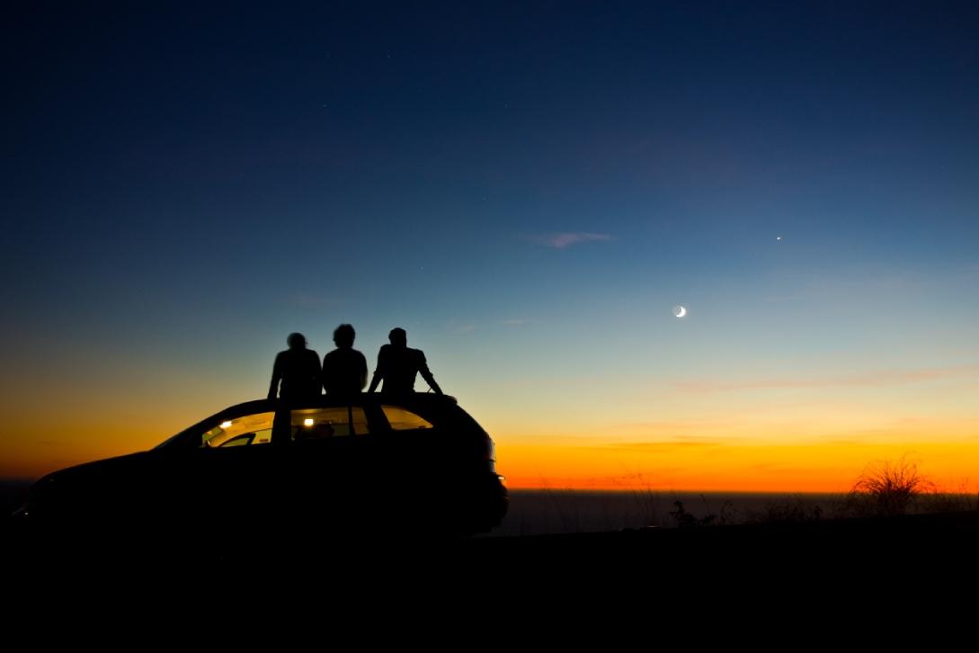mensen kijken naar de maan
