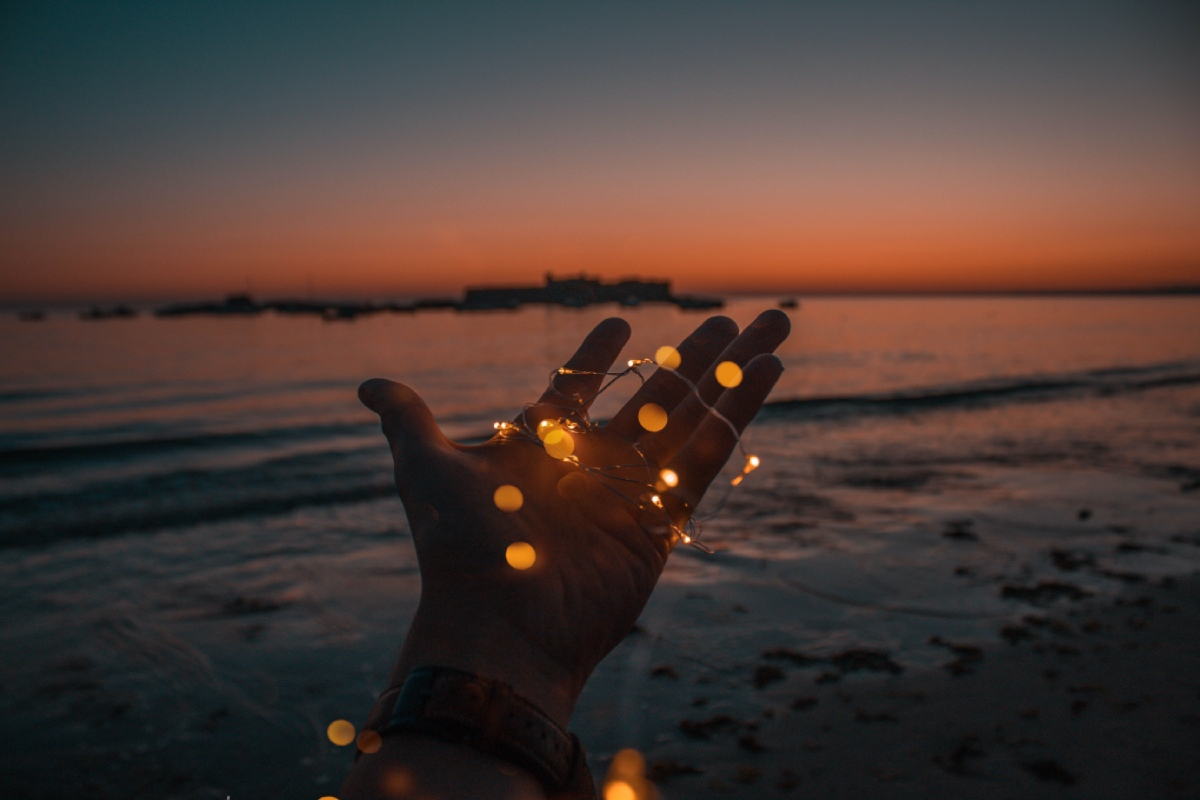hand reikt naar horizon