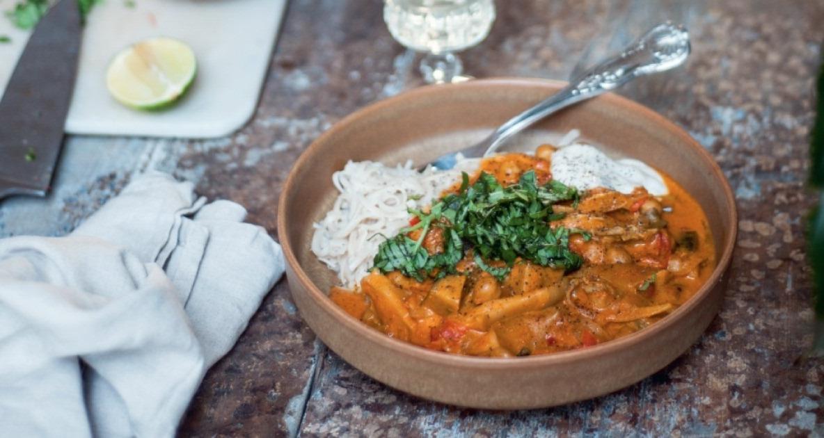 banner rode curry met basilicum