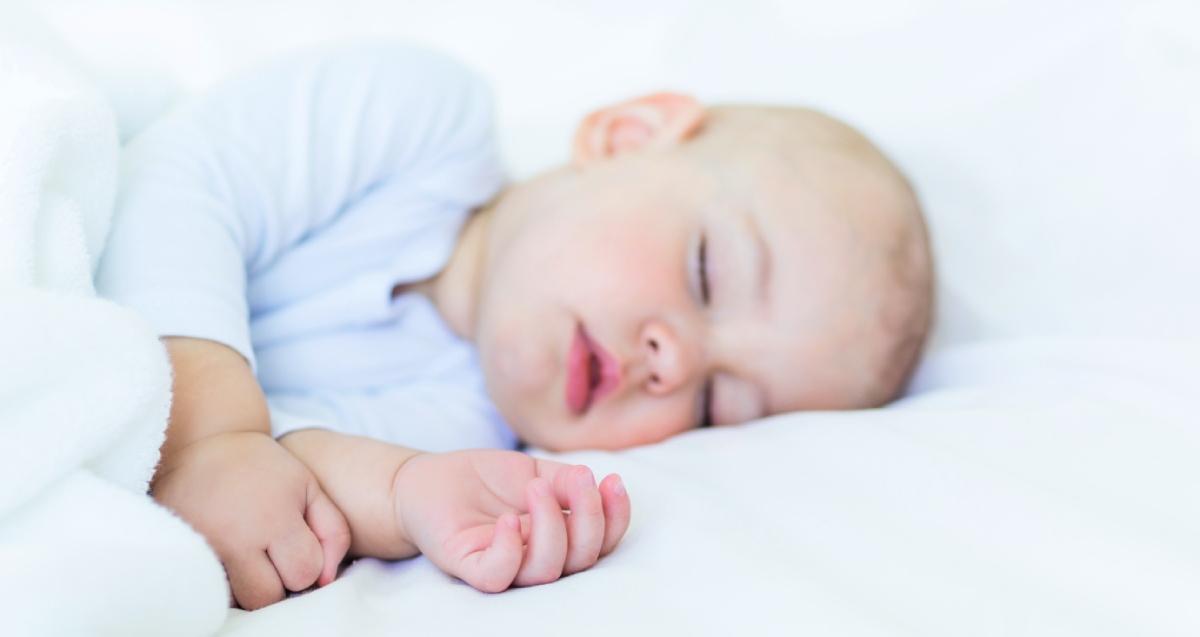 slapende baby in bed