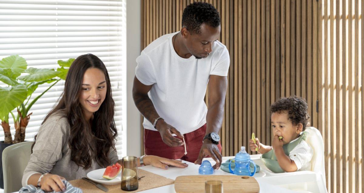 ouders met kindje aan ontbijttafel