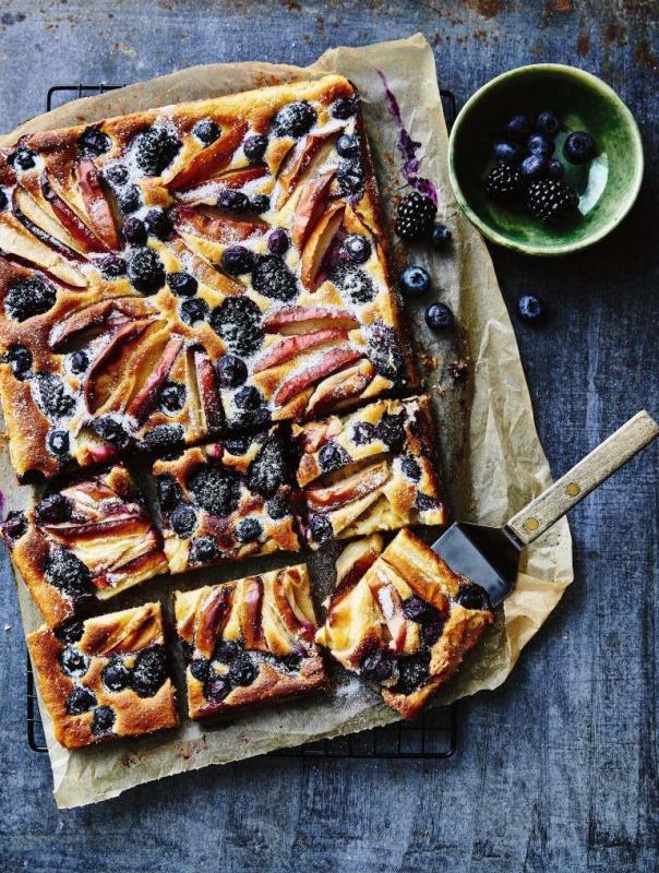 plaatcake met appel, bramen en bosbessen