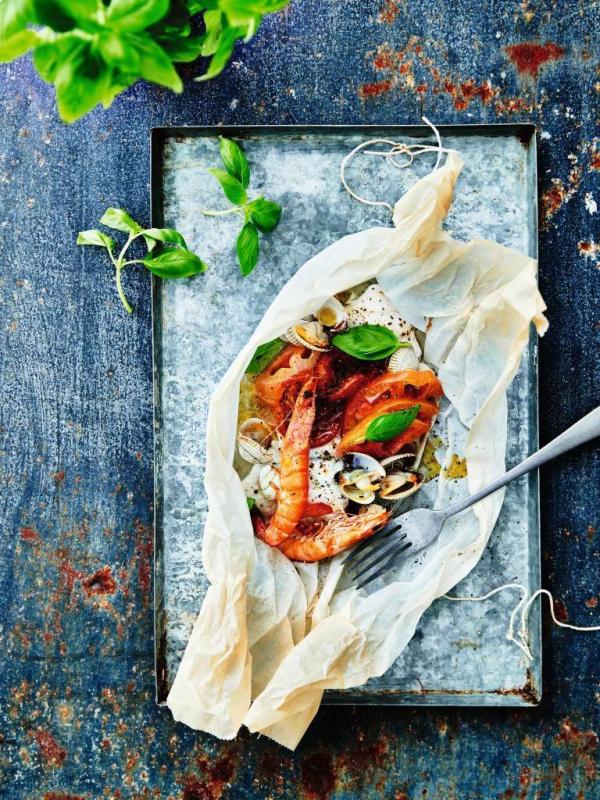 pladijspapillot met tomaatjes, kokkels en garnalen