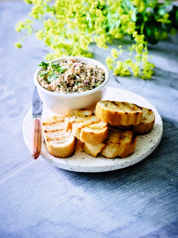 foto slanke rillette van tonijn met gegrild brood