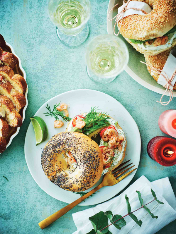foto gerecht bagels met roomkaas, avocado en grijze garnalen
