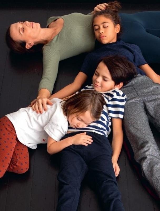 mama ligt op de grond met kinderen te slapen