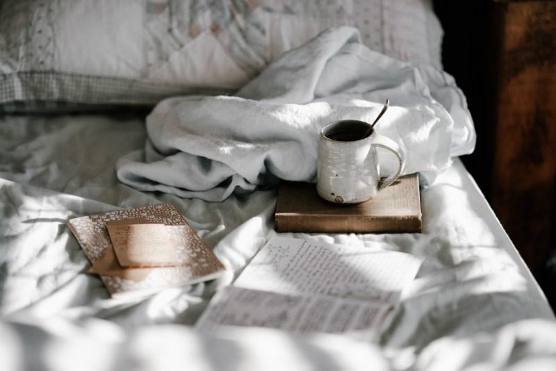 foto boek en koffietas op bed
