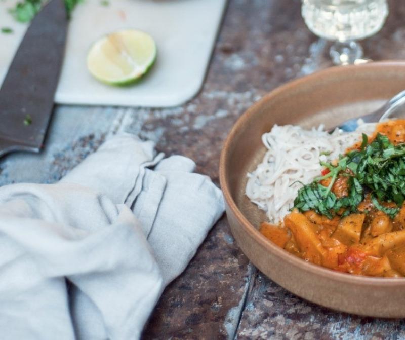 rode curry met basilicum