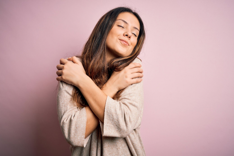 vrouw knuffelt zichzelf