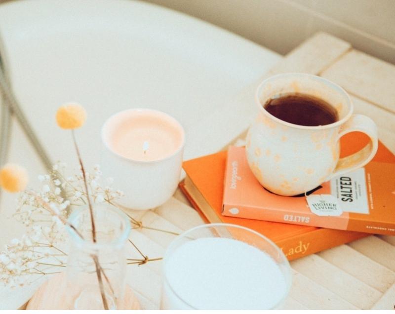 boeken koffie plantje kaars