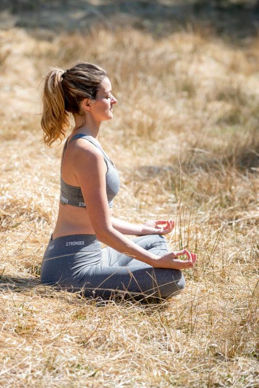 vrouw zen natuur