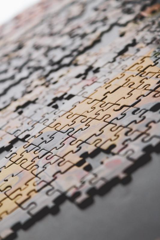 puzzelstukken op tafel