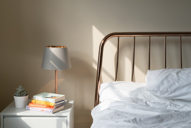 slaapkamer bed lamp boek