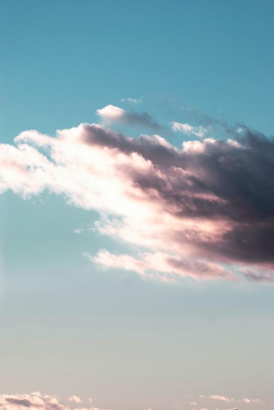 zon schijnt van achter de wolken